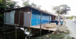 মতলব-বাবুরহাট রাস্তার পাশে সরকারি জায়গায় দোকান নির্মাণ