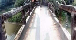 মতলব উত্তরে ঝুঁকিপূর্ণ ব্রিজে চলছে যানবাহন