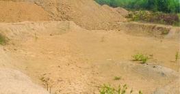 ফরিদগঞ্জে কৃষিজমির মাটি অবৈধভাবে কেটে নিচ্ছে ইটভাটার মালিকরা